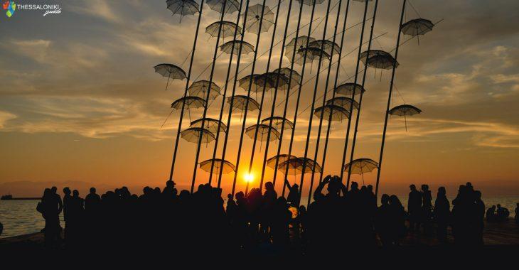 Απολαμβάνοντας το υπέροχο ηλιοβασίλεμα κάτω από το εντυπωσιακό γλυπτό του Ζογγολόπουλου στη νέα παραλία Θεσσαλονίκης.