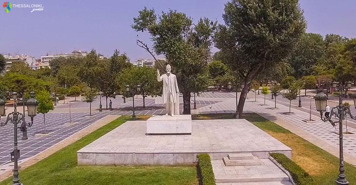 Το άγαλμα του Ελευθέριου Βενιζέλου στην Πλατεία Αριστοτέλους