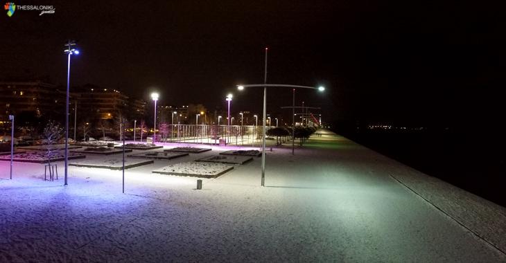 Φωτογραφία της χιονισμένης Νέας παραλίας Θεσσαλονίκης το Βράδυ