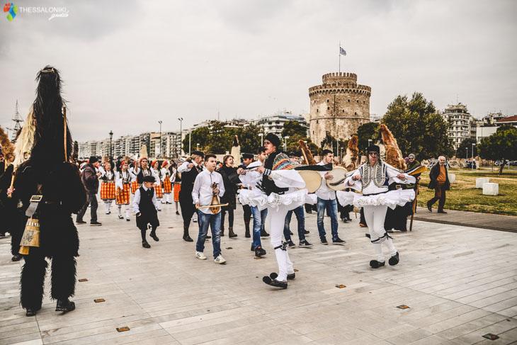 Χορευτές με φουστανέλα στη Νέα Παραλία της Θεσσαλονίκης
