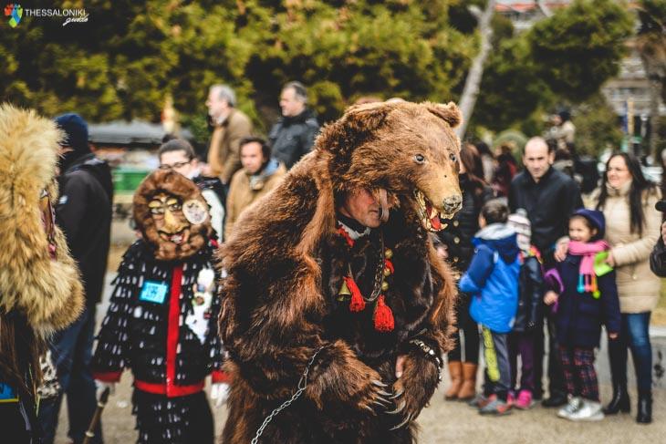 Φωτογραφία Κωδωνοφόρου ντυμένος αρκούδα