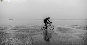 Ασπρόμαυρη φωτογραφία με ποδηλάτη Θεσσαλονίκη