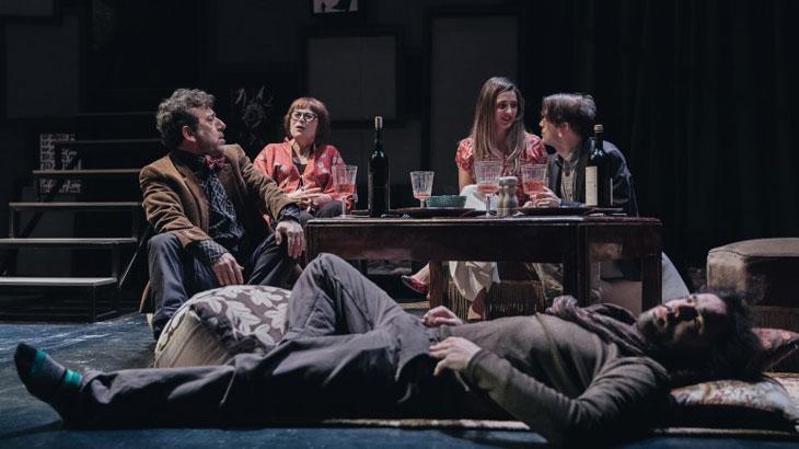Παράσταση «Φυλές» της Νίνα Ρέιν στο Θέατρο Αμαλία