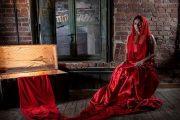 Το Κόκκινο Φουστάνι που Αποφάσισε Επιτέλους να Μιλήσει