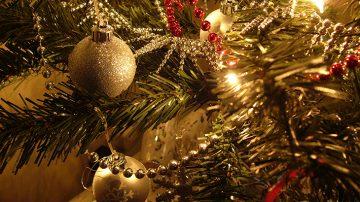 Άνω Πόλη Φωταγωγεί το Χριστουγεννιάτικο Δέντρο της