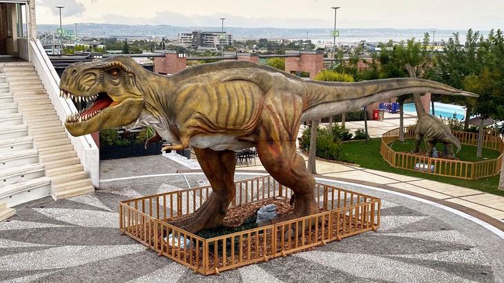 Ο Βραχιόσαυρος απολαμβάνει το γεύμα του στο φυσικό του περιβάλλον